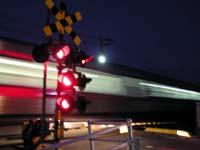 国道11号線と県道2号線の踏切 列車通過中の写真