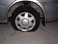 mitzの車のタイヤがパンクした写真
