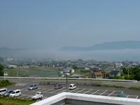 津田の松原SAから見た津田町上空にかかった霧の写真