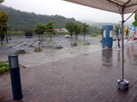 通行止めでガラガラになった津田の松原サービスエリアの写真