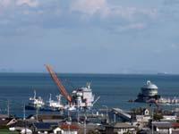 鶴羽の海で工事をしている写真(日中)