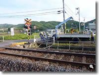 県道2号線踏切事故修復作業中の写真
