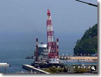 鶴羽の海で何かの作業をしている写真
