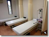 鶴羽クリニックの診察ベッドの写真