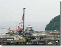 鶴羽の海で工事をしている写真