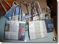 たくさんの新聞紙バッグの写真
