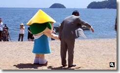 2012年津田の松原海水浴場海開き時のさぬき市長とサッキーの写真