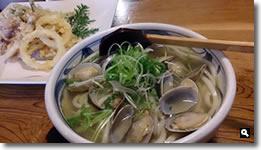 2015年4月4日 香川県さぬき市 「麺処 まはろ」の「アサリと三ツ葉のかけうどん」「野菜天」「ホタルイカの天ぷら」の写真