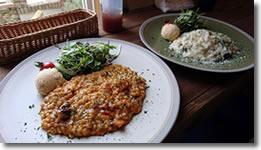 2016年3月13日 「Cafe ゆるりと。」の「和牛すじ肉のトマト煮込みリゾット」「海の幸のクリームリゾット」の写真