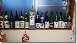 2016年5月16日 さぬき市津田町鶴羽「半かね」個室に並んだ日本酒瓶の写真