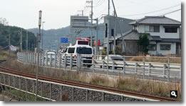 2021年3月27日 津田町鶴羽ヤマト運輸付近での交通事故処理に来た警察車両の写真